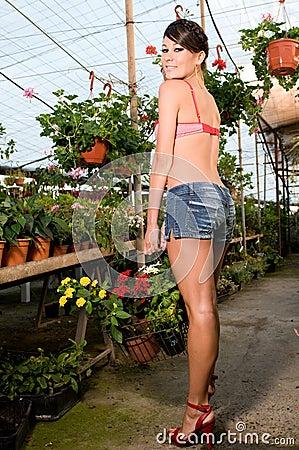 Vrouw het kopen bloemen in de lentetijd