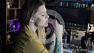 Vrouw meester juwelen tijdens creatief werk stock footage