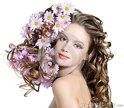Vrouw met bloemen in haren