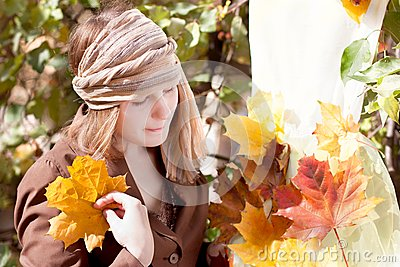 Vrouw met de herfstkleding