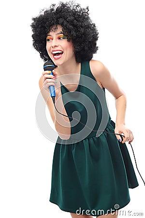 Vrouw met de holdingsmicrofoon van het afrokapsel
