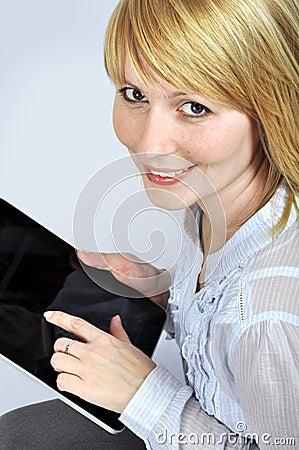 Vrouw met het apparaat van het aanrakingsstootkussen