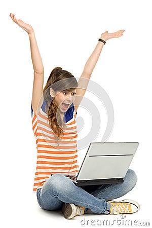 Vrouw met opgeheven wapens gebruikend laptop