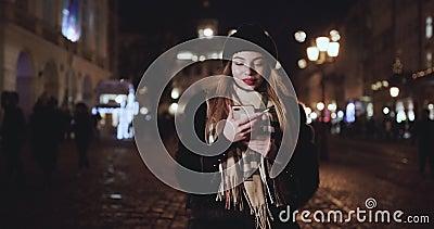 Vrouw met Smartphone op de Europese kerstmarkt Girl Enjoying Winter Holiday Season, met telefoon, sociaal voorzien van een netwer stock video
