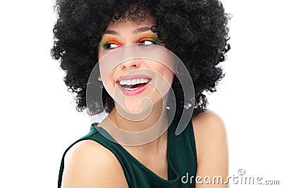 Vrouw met zwart afrokapsel