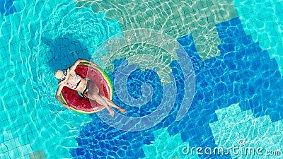 Vrouw ontspant zich in een groot zwembad, drijvend op een ring stock video