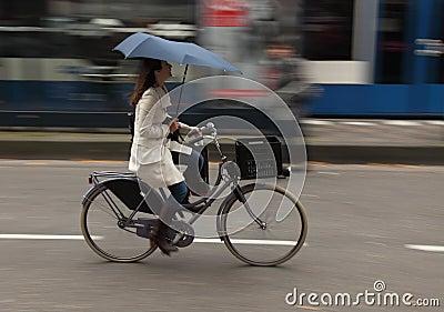 Vrouw op fiets Redactionele Stock Foto