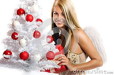 Vrouw op Kerstmis met een gift