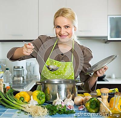 Vrouw in schort thuis keuken stock foto afbeelding 60824244 - Keuken wereld thuis ...
