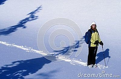 Vrouw Snowshoeing