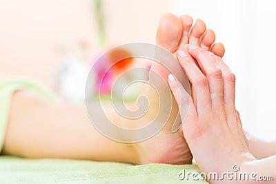 Vrouw in spijkersalon die voetmassage ontvangen