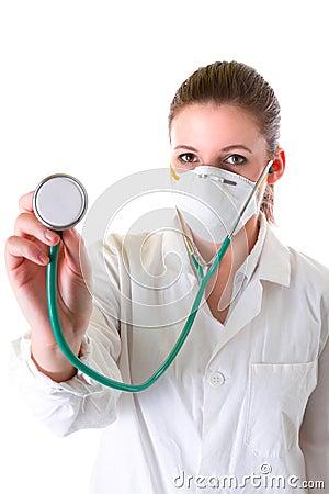 Vrouwelijke arts in masker met gerichte stethoscoop