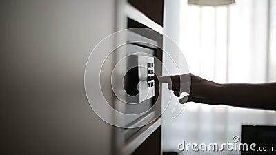 Vrouwelijke handen die combinatie sluiten aan brandkast in de hotelruimte stock video