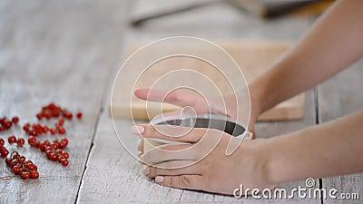 Vrouwelijke handen maken witte chocolade decor voor cake stock footage