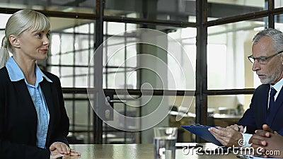 Vrouwelijke sollicitanten die de ruimte betreden voor een gesprek met de hoge vertegenwoordiger, vrouwen werken, hervatten stock video