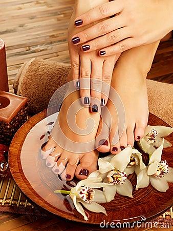 Vrouwelijke voeten bij kuuroordsalon op pedicureprocedure