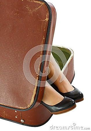 Vrouwelijke voeten in koffer