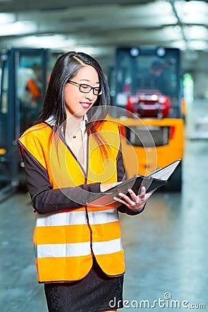 Vrouwelijke werknemer of supervisor bij pakhuis