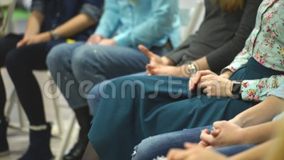 Vrouwen die in cirkel tijdens zitting met psycholoog zitten stock footage