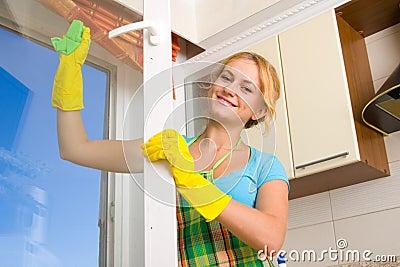 Vrouwen die een venster schoonmaken