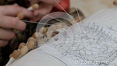 Vrouwenhanden weven op de oude manier Het gebruiken van draden en bindmiddelen en naalden volgens het patroon Handwerk Sluiten N stock videobeelden