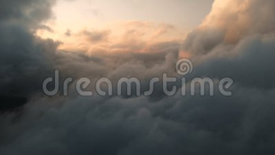 Vue aérienne à travers les cumulus thundernuds au coucher du soleil Nuages de coucher de soleil de couleur or à contraste élevé c clips vidéos
