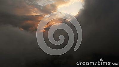 Vue aérienne à travers les cumulus thundernuds au coucher du soleil Nuages de coucher de soleil de couleur or à contraste élevé c banque de vidéos