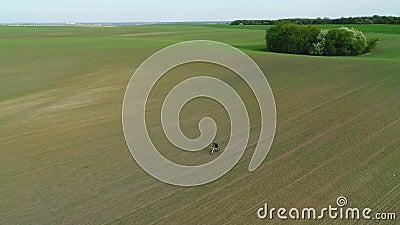 Vue aérienne Balades cyclistes sur le champ de printemps banque de vidéos