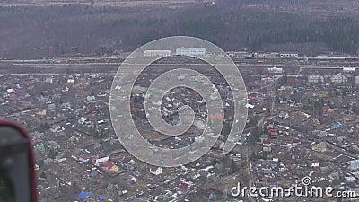 Vue aérienne d'hélicoptère de vol Appareil-photo à l'intérieur Horizontal de campagne Beaucoup de constructions Forêt banque de vidéos