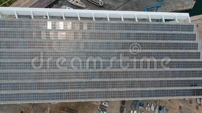 Vue aérienne d'un énorme panneau solaire au bord de la mer Énergie propre sans pollution banque de vidéos