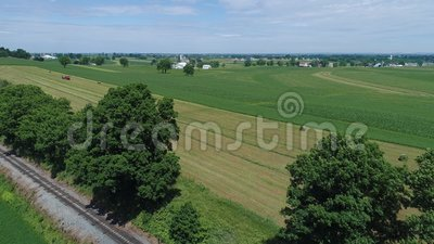 Vue aérienne d'un agriculteur amish Harvesting His Crop avec 4 chevaux et équipement moderne banque de vidéos