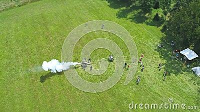 Vue aérienne d'un canon de guerre civile tiré sur une reconstitution de la guerre civile clips vidéos
