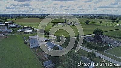 Vue aérienne d'un cheval Amish et d'une buggy pour une réunion de l'église du dimanche clips vidéos
