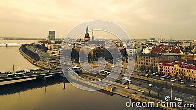 Vue aérienne de bourdon sur la ville occupée Riga pendant le coucher du soleil, Lettonie Laps de temps clips vidéos