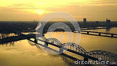 Vue aérienne de bourdon sur le pont de chemin de fer à Riga pendant le coucher du soleil, Lettonie Laps de temps banque de vidéos