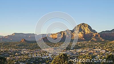 Vue aérienne de coucher du soleil de la montagne de butte de capitol et du paysage urbain de Sedona de la surveillance scénique d banque de vidéos