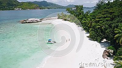 Vue aérienne de 4 k de touriste couple avec le bateau sur la plage exotique tropicale Lagon bleu à l'eau bleue limpide. clips vidéos
