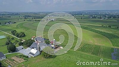 Vue aérienne de la campagne Amish avec des terres et des cultures pendant une journée ensoleillée d'été clips vidéos