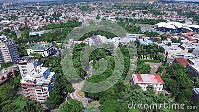 Vue aérienne de la cathédrale de trinité sainte Tsminda Sameba à Tbilisi, la Géorgie Vidéo faite avec le bourdon de vol banque de vidéos