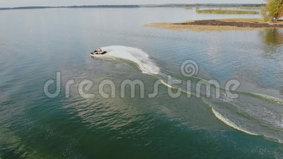 Vue aérienne de la personne qui s'amuse à faire du jet ski et à faire des cascades panoramiques sur la mer verte émeraude ou les  banque de vidéos