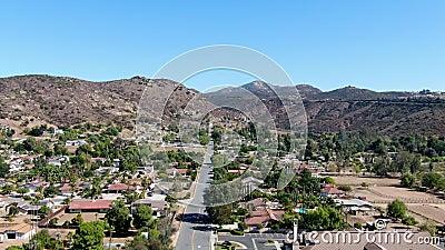 Vue aérienne de la petite ville de Poway dans la banlieue du comté de San Diego banque de vidéos