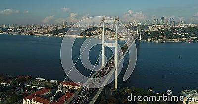 Vue aérienne 20 de marathon de l'Eurasie de pont d'Istanbul Bosphorus banque de vidéos