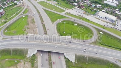 Vue aérienne de route dans la ville clip Voitures croisant le passage supérieur d'échange Échange de route avec le trafic Oiseau  clips vidéos