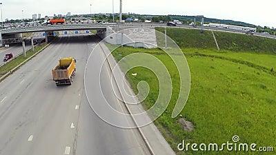 Vue aérienne de route dans la ville clip Voitures croisant le passage supérieur d'échange Échange de route avec le trafic Oiseau  banque de vidéos