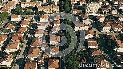 Vue aérienne des maisons de demeure carrelées dans Rosignano Solvay La Toscane, Italie clips vidéos