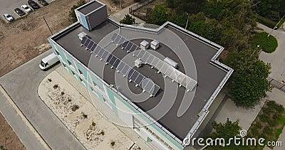Vue aérienne des panneaux solaires sur le toit banque de vidéos