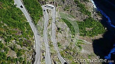 Vue aérienne du car-bus faisant un virage rapide sur Trollstigen ou Trolls Path, une route de montagne serpentine très populaire clips vidéos