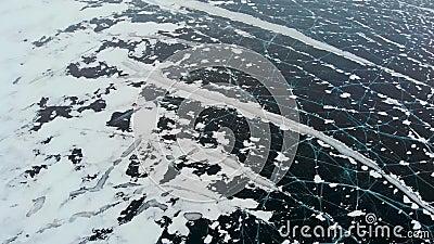 Vue aérienne du lac congelé d'hiver capturé avec un bourdon en Finlande banque de vidéos