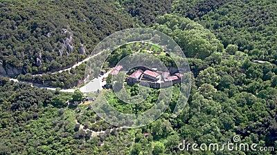 Vue aérienne du monastère de Saint-Jean-Baptiste sur une montagne dans la forêt, Veria Grèce, mouvement circulaire par drone banque de vidéos