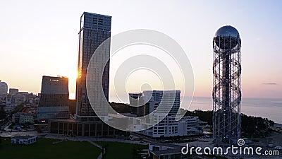 Vue aérienne du remblai de Batumi, de la tour de l'alphabet géorgien et des hôtels au coucher du soleil banque de vidéos